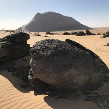 Nature sauvage désertique, rocs et monolithe de Ben Amira