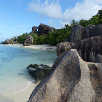 Nature sauvage d'eau et de rocs