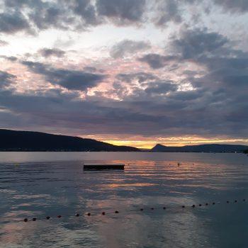 Coucher soleil sur le lac d'annecy